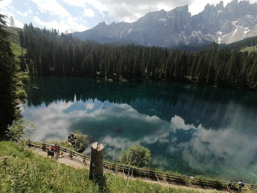 https://warnat.de/urlaubsbilder/2021-2/sommerurlaub-wellschnofen/2-tag-wanderung-rund-um-den-karersee/